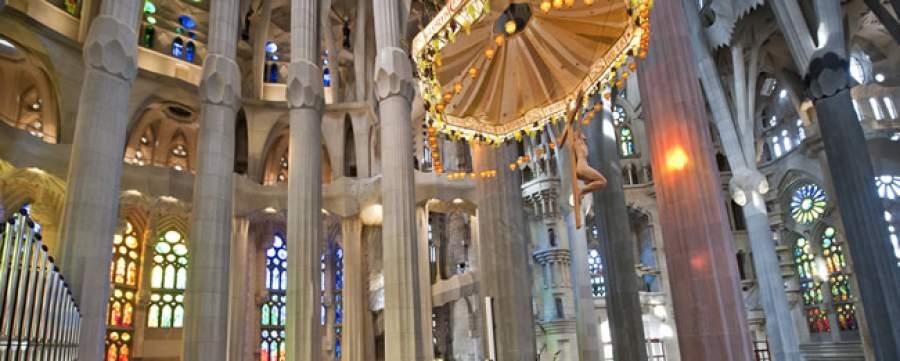 Uno scorcio dell'interno della sagrada familia di antoni gaudí a