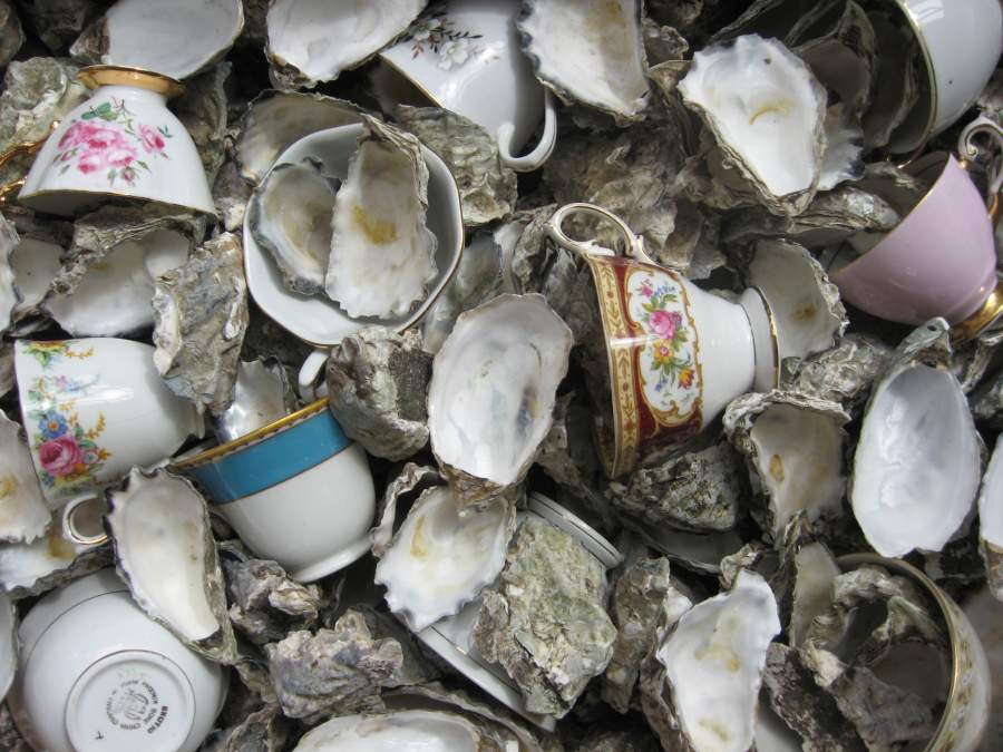 Jonathan Jones, «Untitled (oysters and tea cups)», 2012. Courtesy of the artist