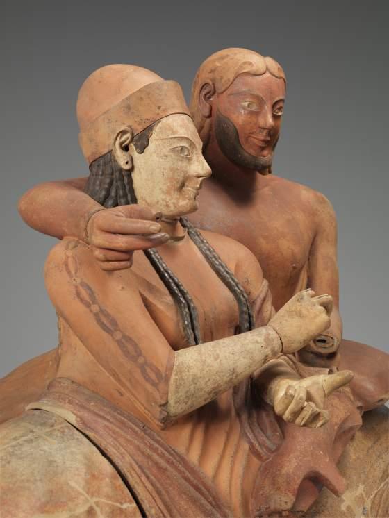 Un particolare del Sarcofago degli Sposi: dopo il restauro, in corso nel Louvre-Lens, sarà esposto nella mostra ««Étrusques et la Méditerranée. La cité de Cerveteri»