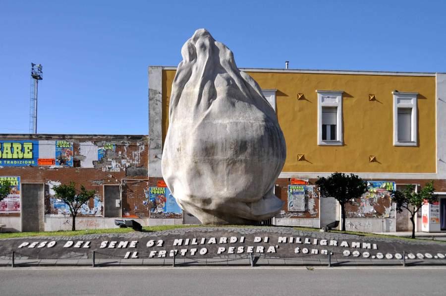 Il monumento al seme d 39 arancia di emilio isgr a for Arredamenti barcellona pozzo di gotto