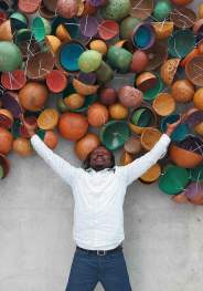 Pascale Marthine Tayou con l'opera «Colorful Calabashes», in occasione della mostra «I Love You!» (2014) alla Kunsthaus Bregenz. Courtesy: the artist and GALLERIA CONTINUA, San Gimignano / Beijing / Les Moulins
