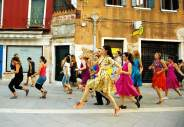«The School of Narrative Dance (Venice)», un'opera del 2015 di Marinella Senatore presentata dalla galleria Laveronica di Modica. Courtesy l'artista e Laveronica, Modica