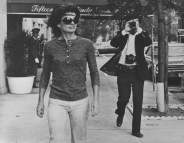 Jacqueline Kennedy Onassis e Ron Galella in Madison Avenue, New York, 7 ottobre 1971 © Ron Galella