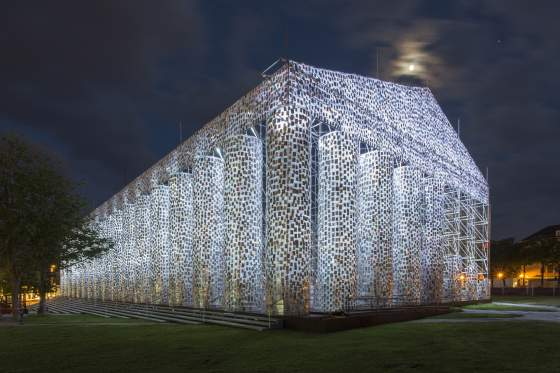 «The Parthenon of Books» di Marta Minujin in Friedrichsplatz a Kassel. Foto © Roman Maerz