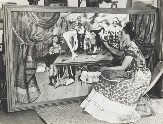 Frida Kahlo ritratta nel 1941 da Bernard Silberstein di fronte a «La Mesa Herida». © Edward B. Silberstein Credit: © Edward B. Silberstein/Courtesy of Cincinnati Art Museum/© 2018 Banco de México Diego Rivera Frida Kahlo Museums Trust, Mexico, D.F./Artists Rights Society (ARS), New York
