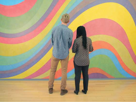 Spettatori di fronte a una parte dell'allestimento di Sol LeWitt al Mass Moca. © Ethan Hill; cortesia The Massachusetts Museum of Contemporary Art