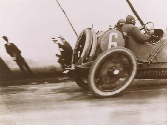 Jacques-Henri Lartigue, «Grand Prix of the Automobile Club of France», 1912, stampata nel 1972. San Francisco Museum of Modern Art, acquostata gtrazie all'Arthur W. Barney Bequest Fund; Photographie J H Lartigue © Ministère de la Culture - France / AAJHL