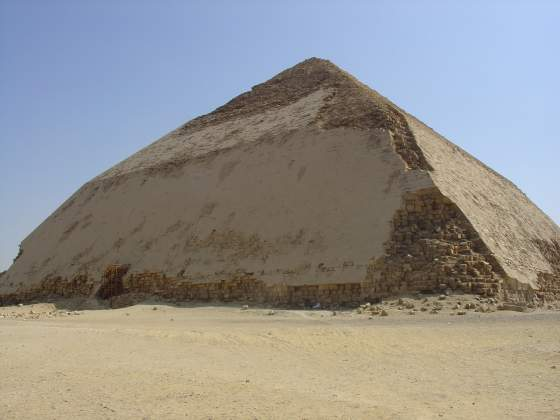 La «Piramide storta» a Dahshur in Egitto. Foto: By Ivrienen at English Wikipedia, CC BY 3.0, https://commons.wikimedia.org/w/index.php?curid=9136540