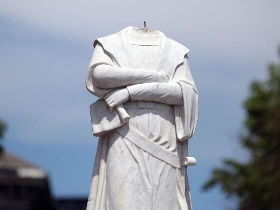 Una delle statue di Cristoforo Colombo danneggiate in America