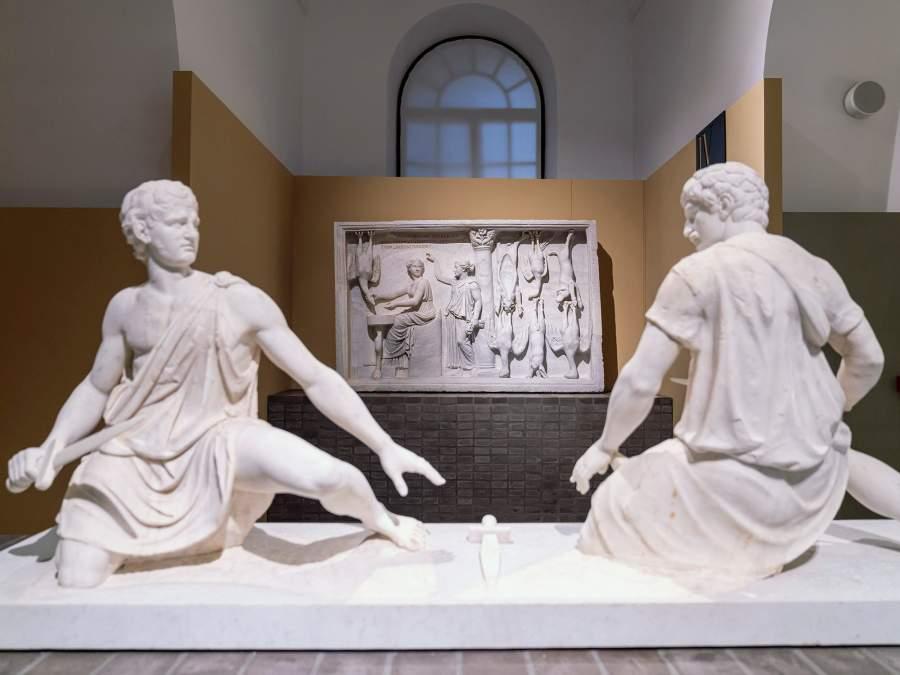 Una veduta dell'allestimento della mostra della collezione Torlonia. © Fondazione Torlonia, Electa, Bvlgari